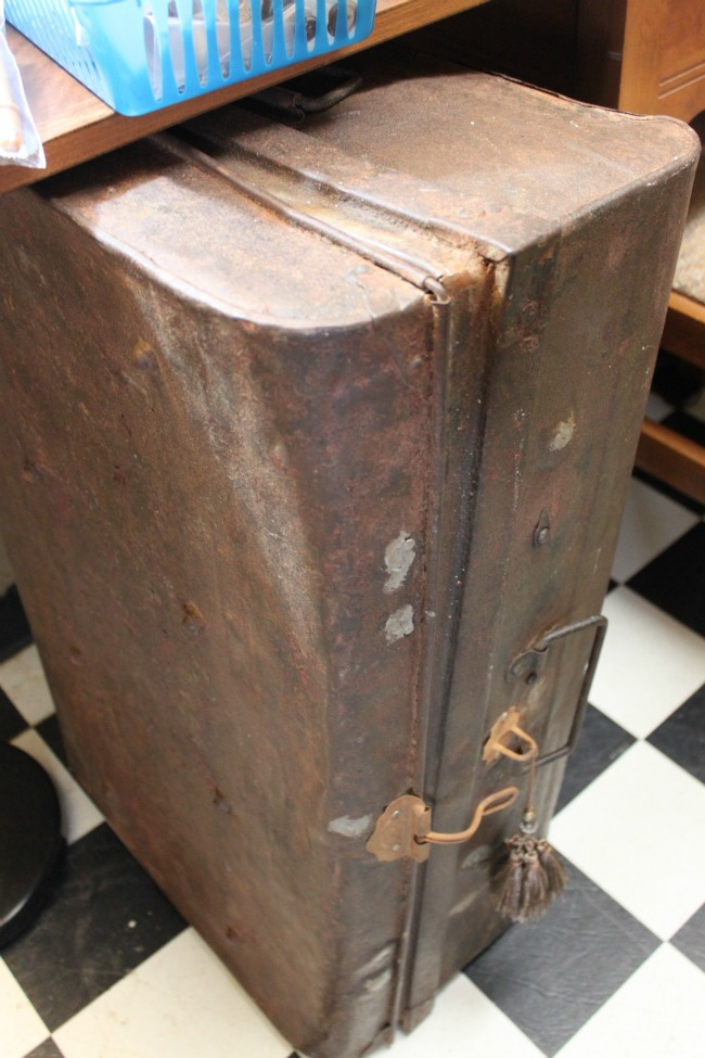 shopatblu-the-blue-building-consignment-antique-store-vintage-rusty-trunk